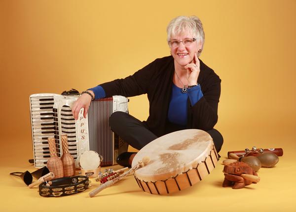 Elke Turba inmitten ihrer Instrumente